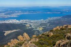 Monti la sommità di Wellington che trascura Hobart ed il fiume derwent Immagine Stock