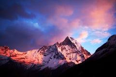 Monti Machapuchare (coda di pesce) al tramonto, vista dai bas di Annapurna fotografia stock libera da diritti