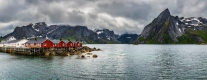 Monti Olstind sopra le cabine rosse di pesca in Hamnoy, Norvegia Fotografia Stock Libera da Diritti