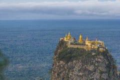Monti Popa su un vecchio vulcano in Bagan, Myanmar fotografie stock libere da diritti
