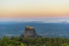 Monti Popa su un vecchio vulcano in Bagan, Myanmar immagini stock