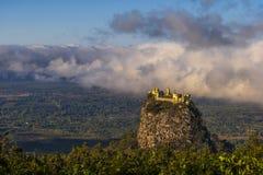 Monti Popa su un vecchio vulcano in Bagan, Myanmar fotografia stock