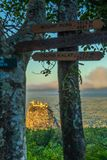 Monti Popa su un vecchio vulcano in Bagan, Myanmar fotografia stock libera da diritti