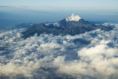 Monti Rinjani, vulcano su Lombok, aumentante dalle nuvole, Lombok, Indonesia, Asia Fotografie Stock