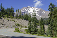 Monti Shasta, un vulcano nella gamma della cascata, la California del Nord immagini stock