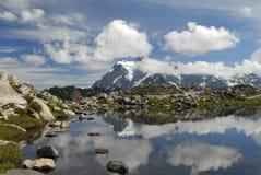 Monti Shuksan che riflette in un piccolo lago alpino Fotografie Stock Libere da Diritti