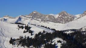Monti Vanil noir ed altri picchi veduti dall'area dello sci di Rellerli Immagini Stock
