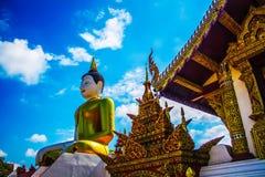 Montian-Tempel Dächer, Dach des thailändischen Tempel-Bildes und Bild von Buddha. Lizenzfreie Stockfotos