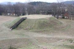 Monticello B visto dal monticello A del sito storico dei monticelli indiani di Etowah immagini stock