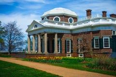 Monticello-Haus-Winkelsicht vom Gras Stockfotos