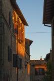 Montichiello - Italien, Oktober 29, 2016: Tyst gata i Montichiello, Tuscany med typiska stängde med fönsterluckor fönster och ste fotografering för bildbyråer