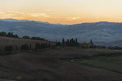 Montichiello - Toscânia/Itália: 29 de outubro de 2017: Estrada alinhada Cypress do enrolamento em Monticchiello Fotos de Stock Royalty Free