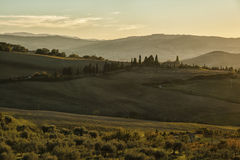 Montichiello - Toscanië/Italië: 29 oktober, 2017: Het winden van Cipres gevoerde weg in Monticchiello royalty-vrije stock foto