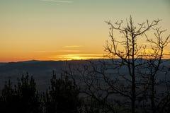 Montichiello - Toscanië/Italië: 29 oktober, 2017: Zonsondergang in Monticchiello, Val D ` Orcia Toscanië stock foto