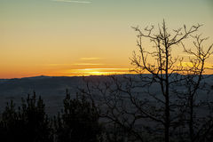 Montichiello - Tuscany/Italien: Oktober 29, 2017: Solnedgång i Monticchiello, Val D ` Orcia Tuscany arkivfoto
