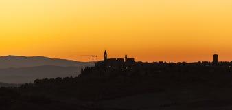 Montichiello - Tuscany/Italien: Oktober 29, 2017: Solnedgång i Monticchiello, Val D ` Orcia Tuscany royaltyfria bilder
