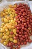 Monticule de Cherry Tomatoes sur le comptoir de cuisine Photographie stock libre de droits