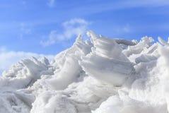 Monticule de neige et glace dans le printemps Photos stock
