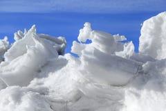 Monticule de neige et glace dans le printemps Photo stock