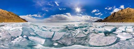 360 monticules cylindrique de Baikal de glace de panorama en île d'Olkhon Photographie stock