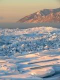 Monticules de glace sur le lac Baïkal Photo stock