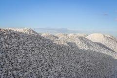 Monticules de pierre écrasée images stock