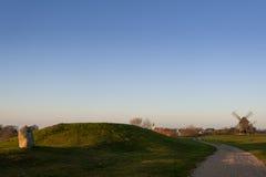 Monticules graves de Viking Age et des moulins à vent sur l'île de la Ã-terre, Suède Images stock