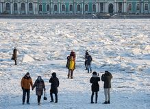 Monticules sur Neva River photo stock