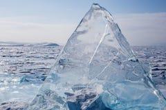 Monticules transparents sur la surface du lac Baïkal congelé bleu Photos libres de droits