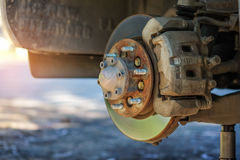 Montieren Sie das Rad ab, um Bremsanlage zu reparieren Lizenzfreie Stockbilder