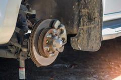 Montieren Sie das Rad ab, um Bremsanlage zu reparieren Lizenzfreies Stockbild
