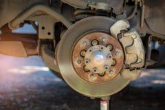 Montieren Sie das Rad ab, um Bremsanlage zu reparieren Lizenzfreies Stockfoto