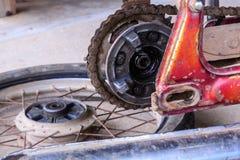Montieren Sie Rad des Motorrades für ersetzen den Reifen ab Stockfoto