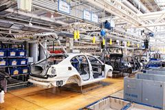 Montierende Autos Skoda Octavia auf Förderanlagenzeile Stockbild
