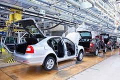 Montierende Autos Skoda Octavia auf Förderanlagenzeile Lizenzfreie Stockfotos