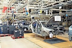 Montierende Autos Skoda Octavia auf Förderanlagenzeile Lizenzfreie Stockfotografie