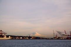 Montierung regnerischer und Port von Seattle Stockfotografie