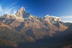 Montierungen Machhapuchhre und Annapurna III an der Dämmerung Lizenzfreies Stockfoto