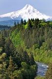 Montierungs-Haube mit Fluss im Vordergrund Lizenzfreies Stockbild