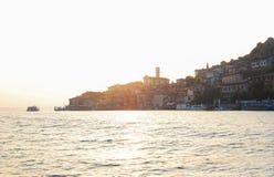 Montisola gesehen von der Fähre während des Sonnenuntergangs lizenzfreie stockfotografie