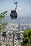 Montjuïckabelwagen en mening van Barcelona met Torre Glà ² ries stock afbeelding