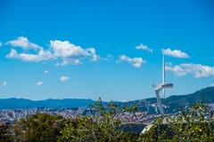Montjuic-Fernsehturm im Sommer ady mit Landschaft von Barcelona Lizenzfreies Stockbild