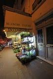 Montmartre在晚上之前 花例证界面smellcomp 巴黎 库存照片
