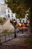 montmartre晚上巴黎街道 免版税库存照片