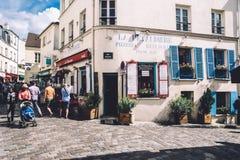 Montmartre gata- och LaPetaudiere restaurang Royaltyfri Fotografi