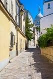 Montmartre no verão, Rue Saint Rustique, Paris, França Foto de Stock