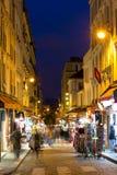 Montmartre par la nuit - rue d'achats près de Sacre Coeur Image libre de droits