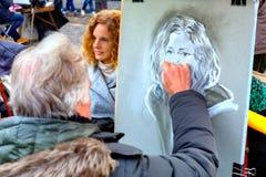 Montmartre Paris, Frankrike - 12 10 2016: målare som drar en portra Royaltyfria Bilder