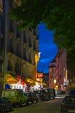 Montmartre por la noche - calle de las compras cerca de Sacre Coeur Imagenes de archivo