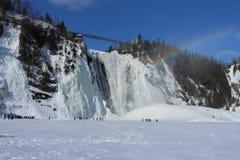 Montmorency vattenfall med regnbågen med insnöad vinter royaltyfri bild
